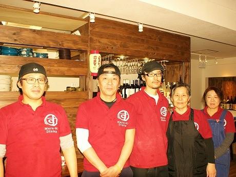 「Maru-SU Dining Akio製麺所」の店長、飯島さん(中央)とスタッフ