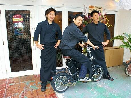 「五反田バーガー倶楽部」の店長、渡邉達也さん(左)とスタッフ。店内は女性を意識し、内装も「おしゃれにまとめた」(渡邉さん)