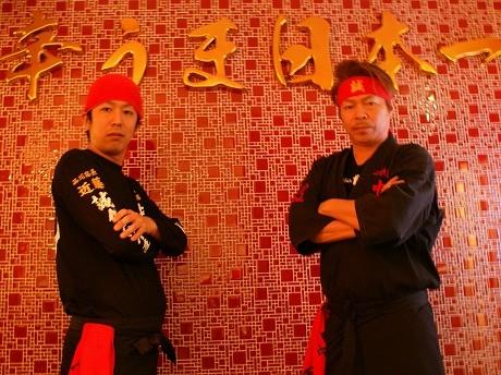 「品達」にオープンしたラーメン店「蒙古タンメン中本」の社長、白根誠さん(右)と店長の近藤礼紀さん