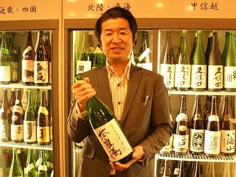荏原中延駅前にオープンした「かもすや酒店」の豊島社長。47都道府県それぞれの日本酒をそろえる。