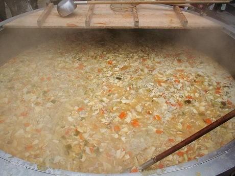 直径2メートルの巨大鍋で作られたタケノコ汁