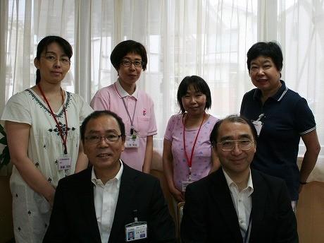 品川区生きがい課課長の白鳥さん(前列左)と高齢者住宅担当主査の宮坂敦義さん(前列右)、施設のスタッフたち(後列)