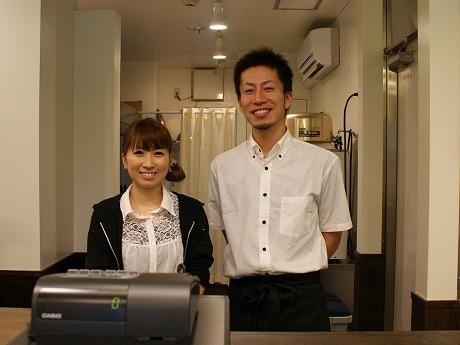 店主の大倉さん(写真右)とスタッフ