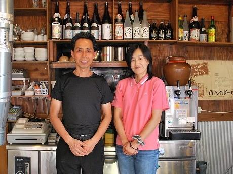 店主の金さん(写真左)と妻の大島一里子さん