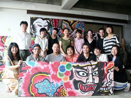 今村さん(前列左から2番目)とアトリエに入居するアーティストたち。9月に商店街で行われた「中延ねぶた祭り」のボード作りを手伝った