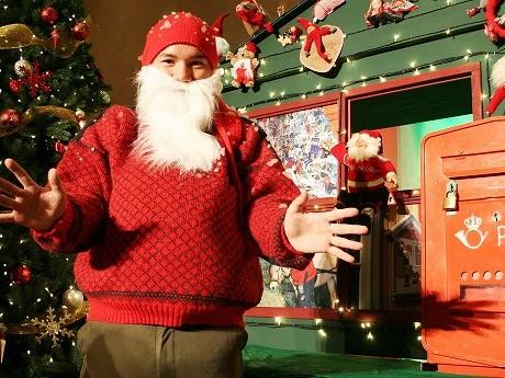 ノルウェーのサンタクロース「ニッセ」。膝丈の半ズボン、赤い手編み帽子、白くて長いあごひげがトレードマーク