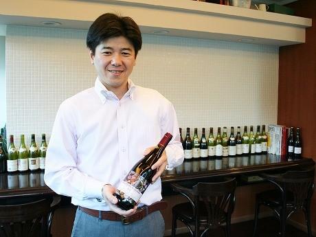 「ワイン好きになったきっかけは、おいしいボジョレ・ヌーボーに出合ったこと」と櫻井さん。手にするのは、2011年のボジョレ・ヌーボー「マルセル・ラピエール」