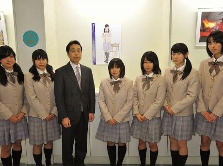 小野学園女子高等学校の生徒たちと、小野時英校長