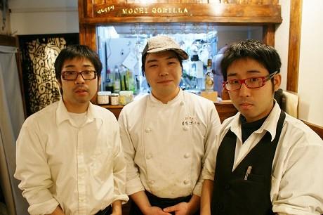 大田健介さん(写真左)と坂爪さん(写真中央)と大田悠介さん。健介さんと悠介さんは一卵性の双子。