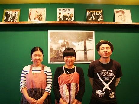 松本さん(写真中央)を店主に、妹とパートナー協力して店を切り盛りする