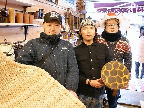 代表の入田さん(写真左)とスタッフ