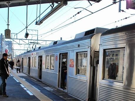 ホームの延伸で扉が開くようになった戸越公園駅。大井町駅側の車両から乗り込む利用者の姿も