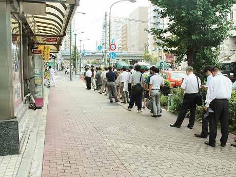 「銀座いし井 五反田店」の店舗前歩道には、約400メートルの行列ができた