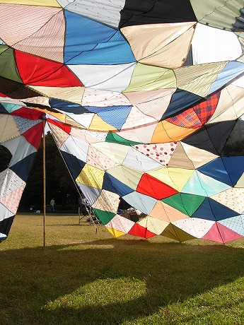 約70本の傘を縫い合わせた「CASA-tarp」。画像提供/CASA PROJECT