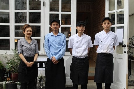 店主の神谷さん(左から2番目)、シェフの岩村さん(右から2番目)とスタッフ