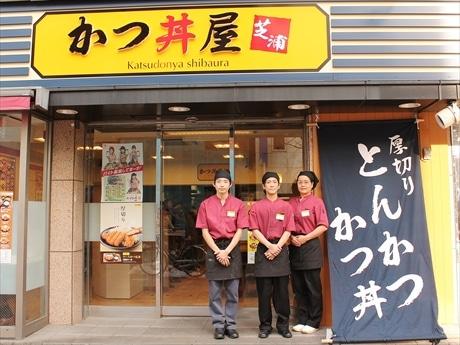 店長の佐藤さん(中央)とスタッフ