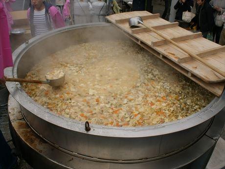巨大鍋で約3000杯のタケノコ汁を作る