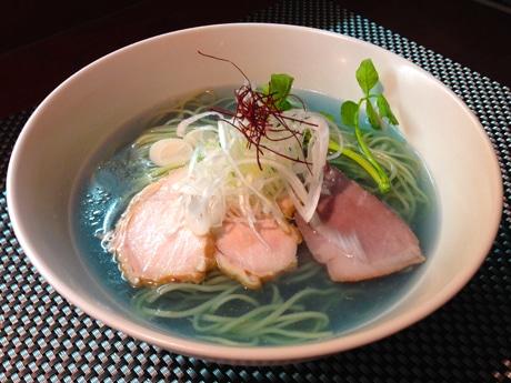 青いスープの「リナブルーのスーパーフードラーメン」(850円)