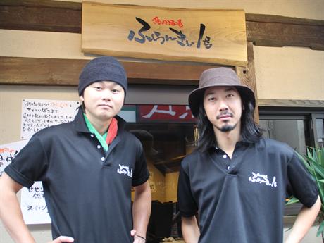 内田さん(右)とスタッフ