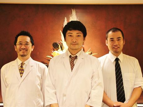 店主の瀧口さん(中央)とスタッフ