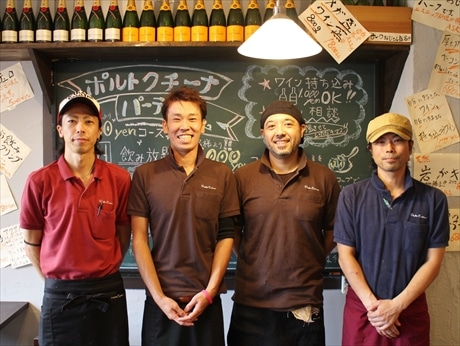 店長の伊藤さん(左から2番目)とスタッフ
