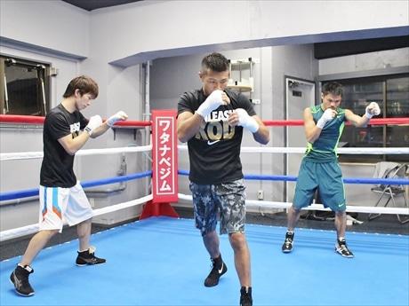 移転後、初練習を行う内山高志選手(中央)、河野公平選手(右)、田口良一選手