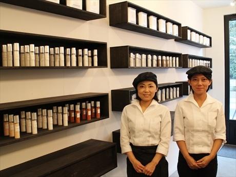 オーナーの田中さん(左)と妹でスタッフの澄子さん