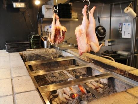 大山鶏はじっくりと炙(あぶ)り焼きにして仕込む