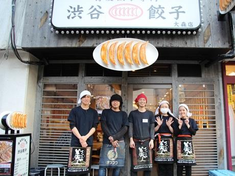 トレーナー補佐の山崎雄さん(左から2番目)と店長の瀬戸卓至さん(中央)とスタッフ
