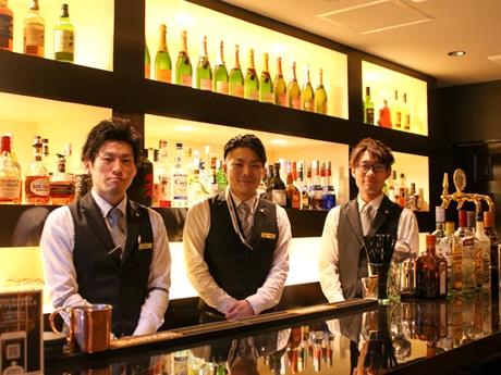 店長の泉貴祐さん(中央)とスタッフ