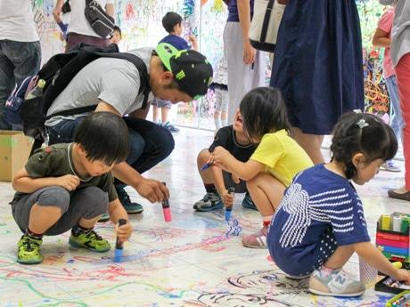会社の床に「楽描き」する参加者の様子