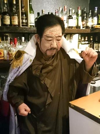 昨年、漫画「ワンピース」のキャラクターに仮装した「BARロカロ」のスタッフ・佐藤祐一さん