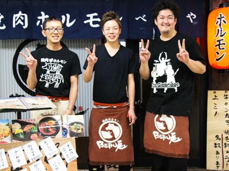 「BEBU屋」店長の伊藤さん(中央)とスタッフ