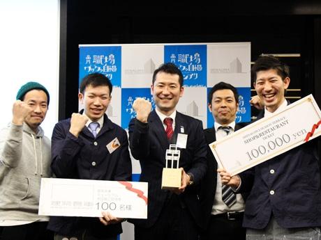 「品川職場ワクワク自慢グランプリ 2017」でグランプリを受賞したリソーコの早崎さん(中央)と同社社員。