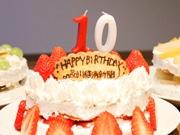 品川経済新聞が創刊10周年 記者が作ったケーキでお祝い
