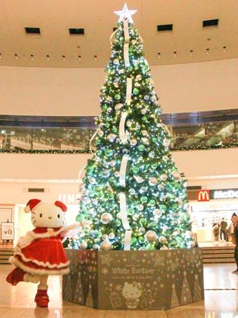 館内のクリスマスツリーとハローキティ