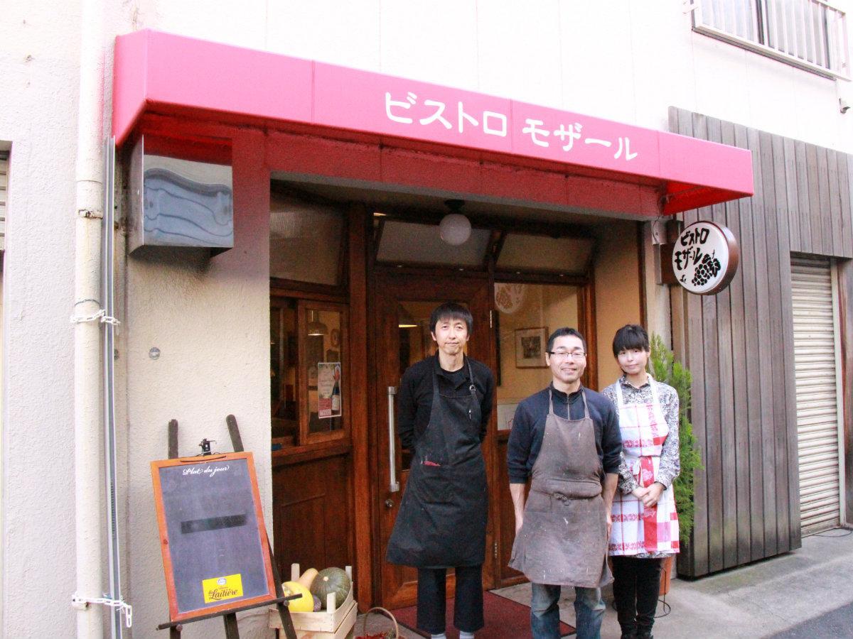 店長の小川芳史さん(中央)と妻の小川麻衣子さんとスタッフ