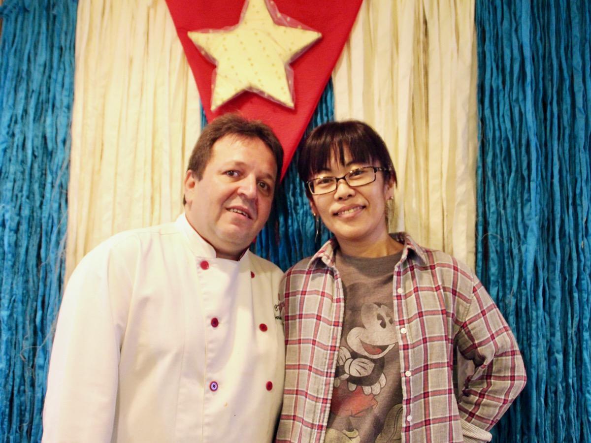 オーナーシェフのアリアムさんと、妻の富永美香さん