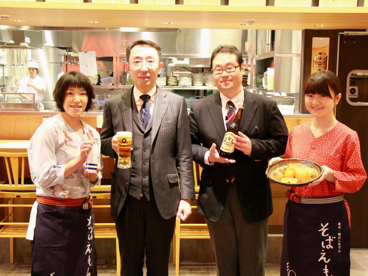 サッポロライオン社長の三宅祐一郎さん(中央左)と、ブランド開発部長の相羽良樹さん(中央右)。左右は同店スタッフ