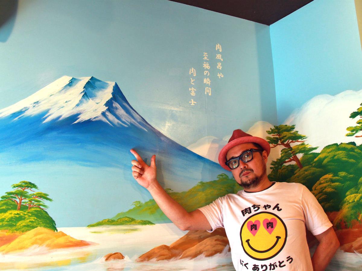 オーナーの三浦剛さんとVIPルーム「肉風呂」の壁画