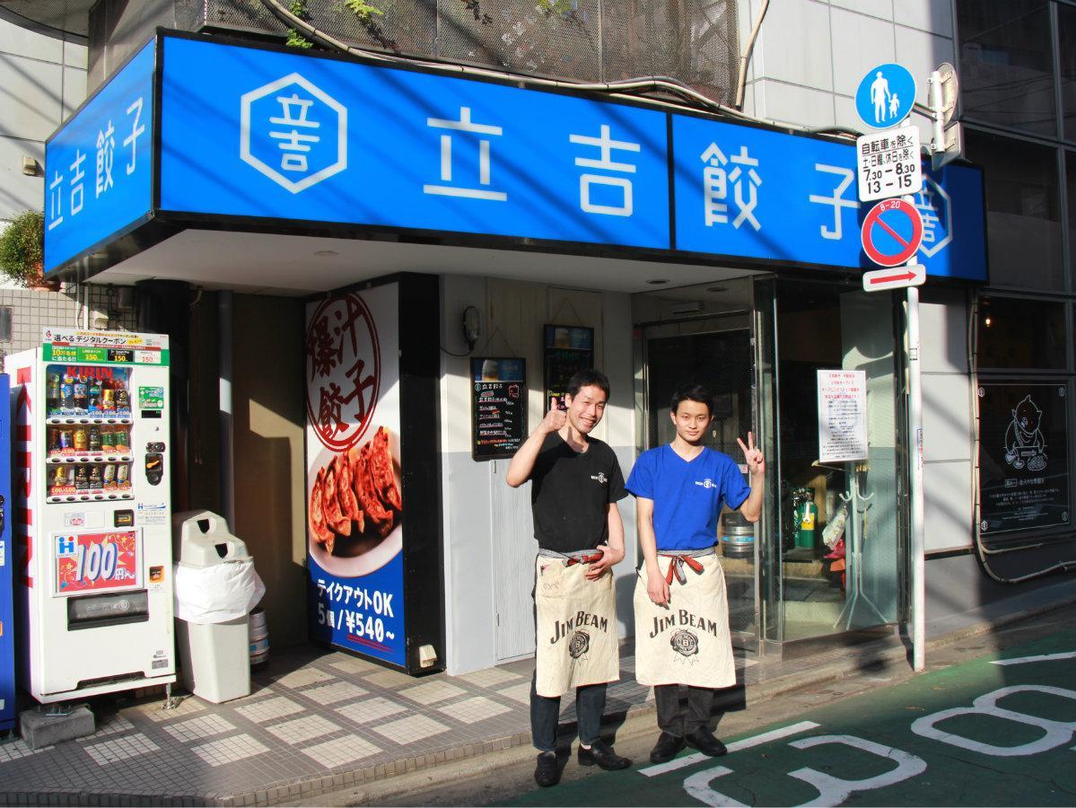 店長の川野辺浩さん(左)とスタッフ