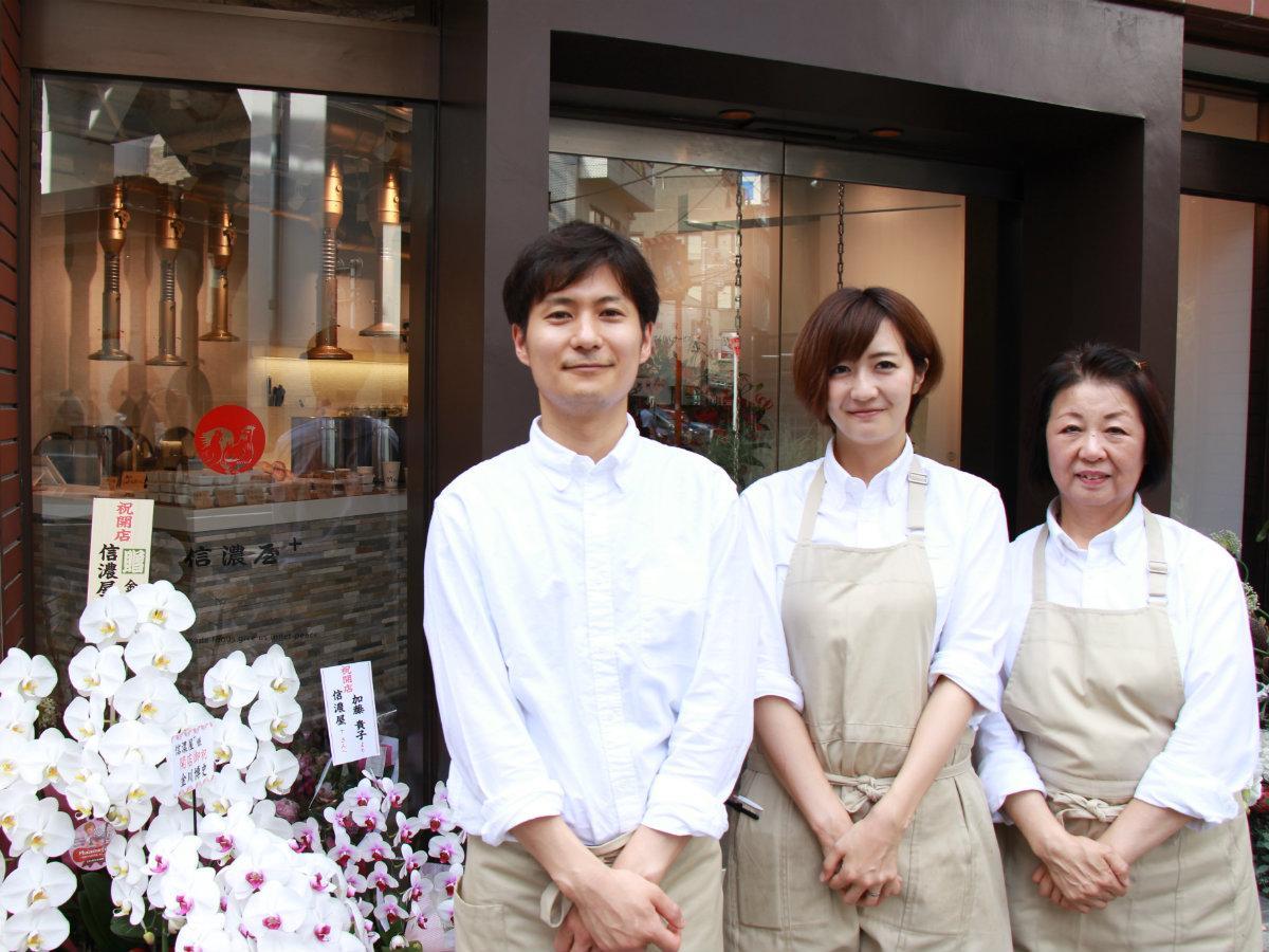 店長の石坂優貴さん(左)とスタッフ