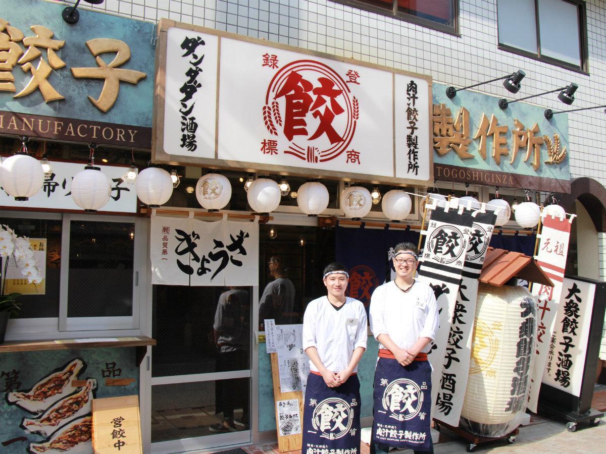 店長の湯浅諒祐さん(右)とスタッフ