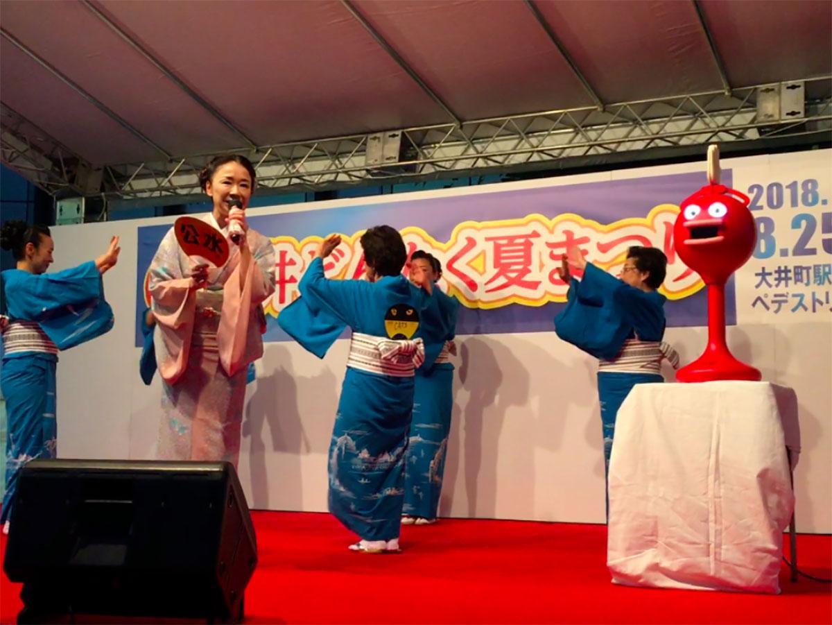 演歌歌手の岩本公水さん(左)と「ビッグクラッピー」