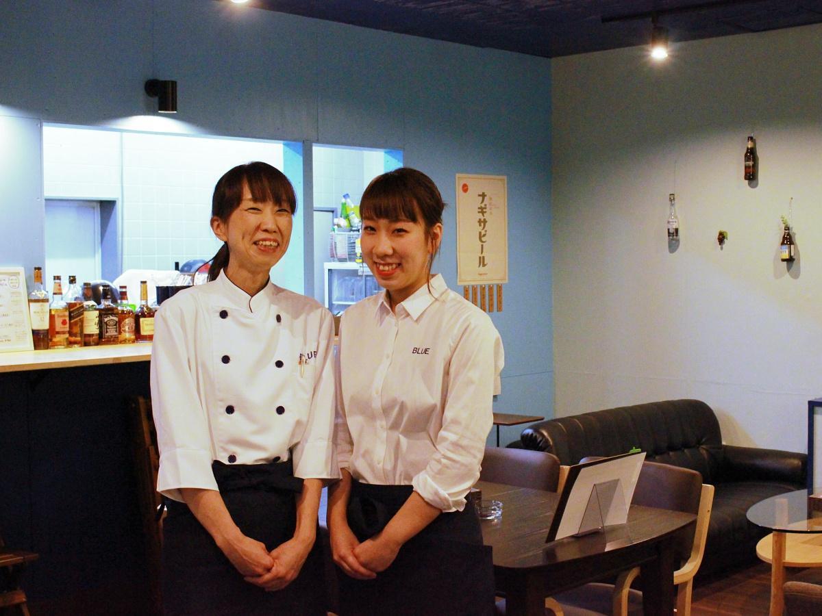店主の飯高幸子さん(左)とホール担当の紗生(さき)さん