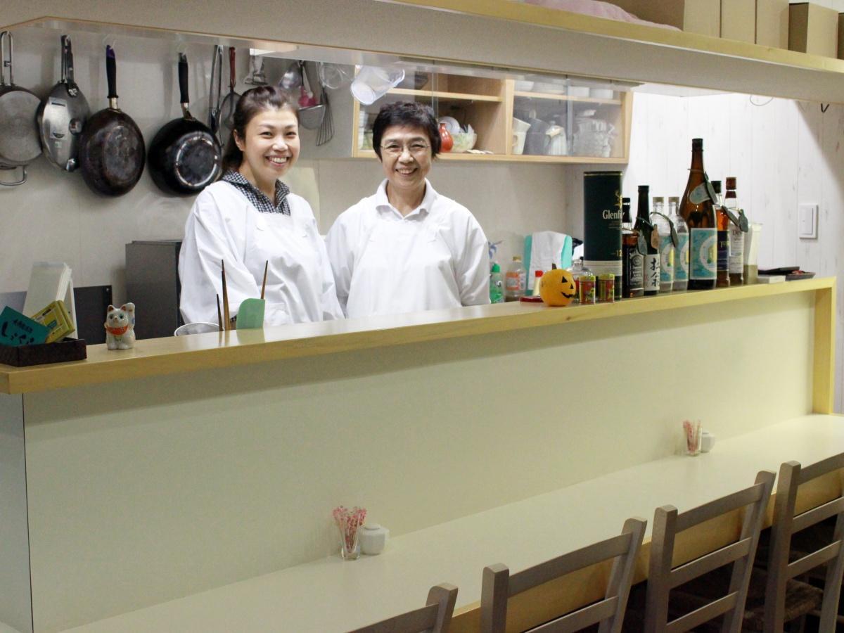店主の戸倉史絵さん(左)と調理担当の洋子さん