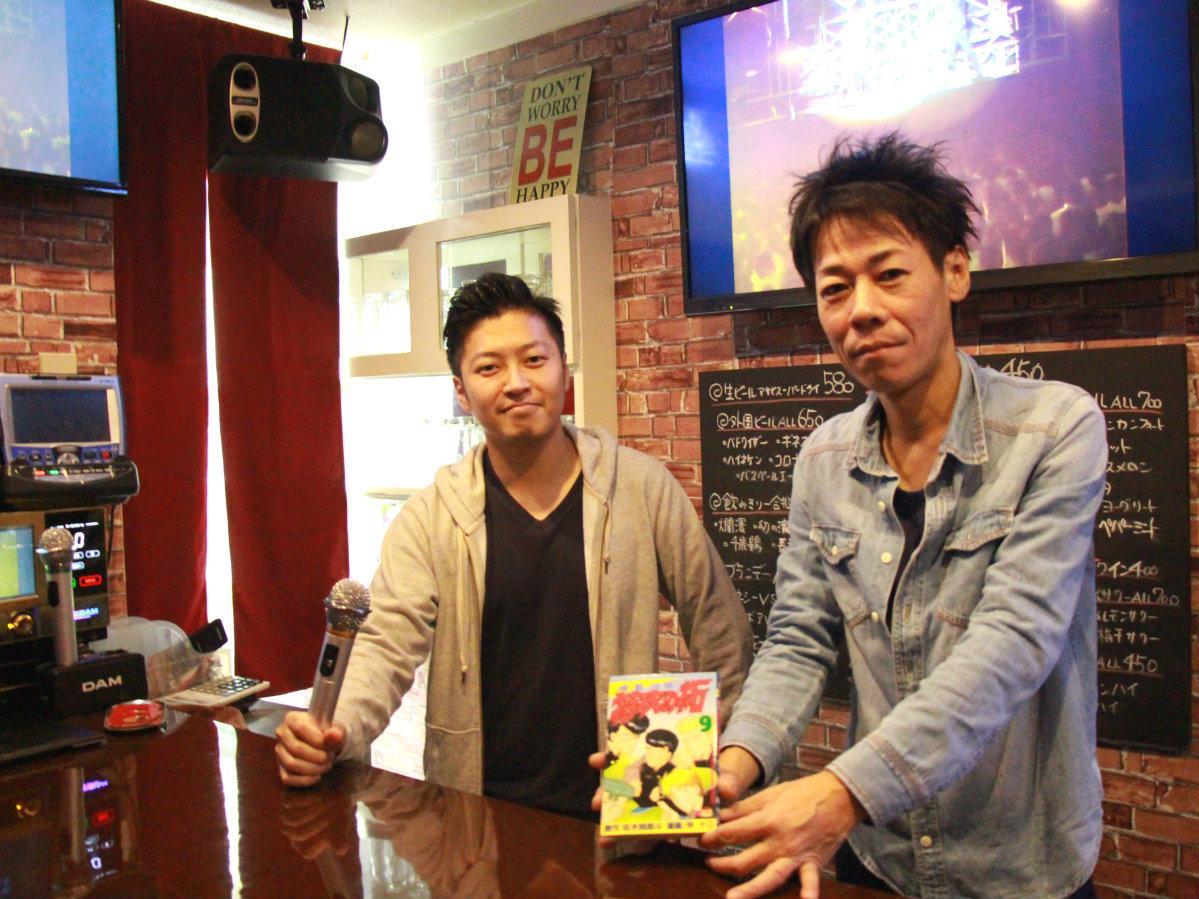マスターの中本竜太さん(右)とスタッフの富澤友則さん