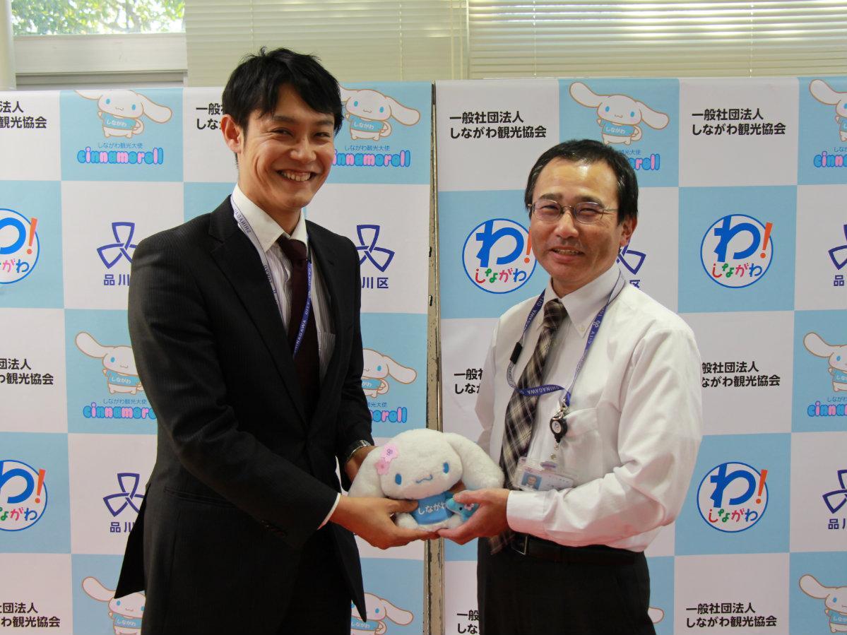 税務課の篠原恵輔さん(左)と税務係長の大滝貞浩さん