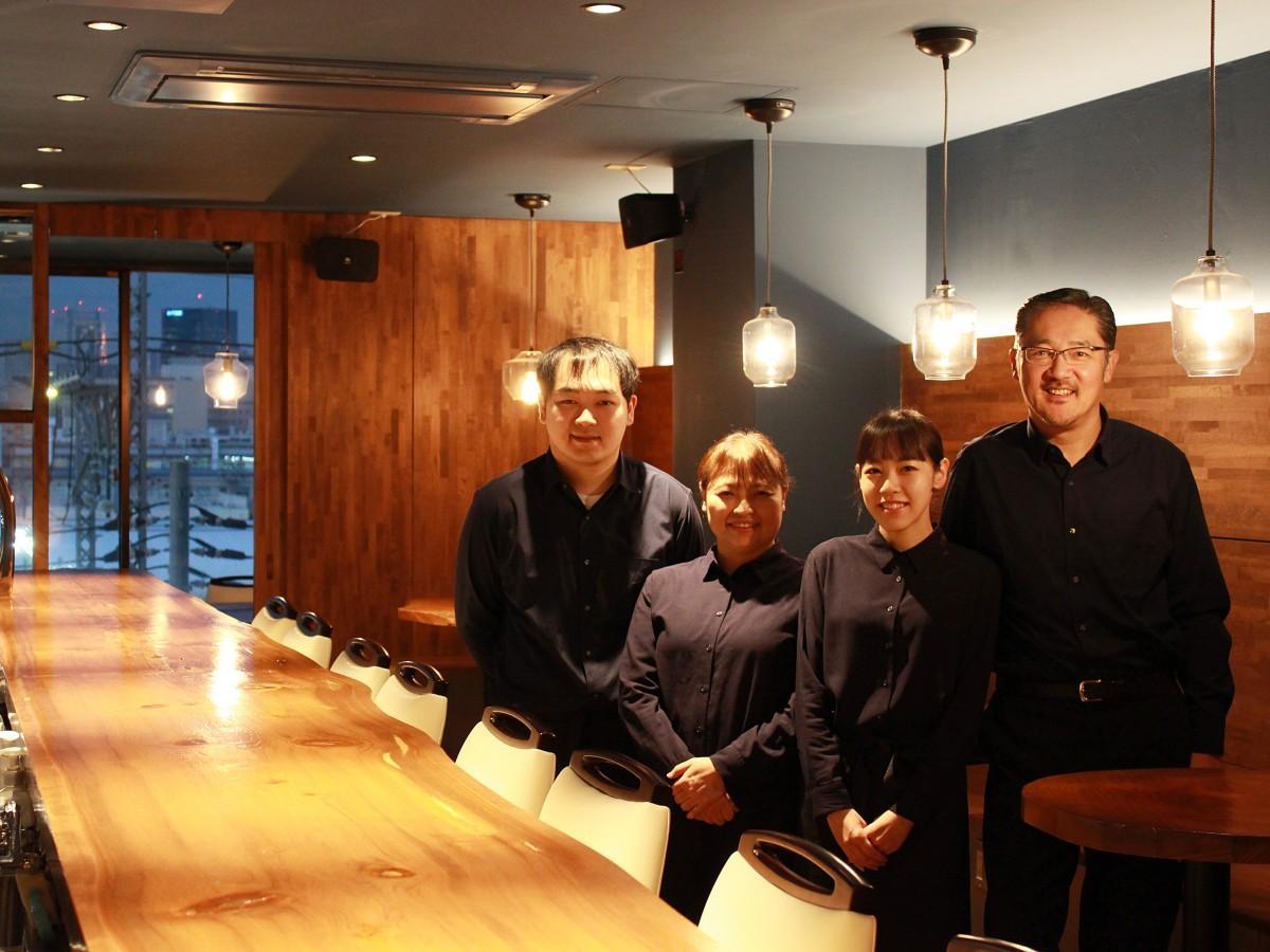 店主の「スーさん」こと鈴木雅哉さん(右)とスタッフを務める家族の皆さん