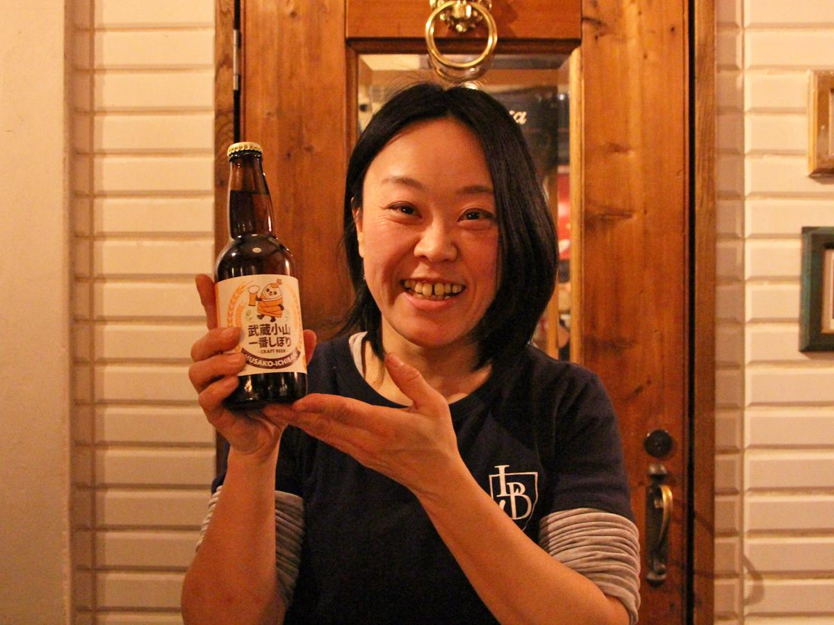 クラフトビールを持つ武蔵小山一番通り商栄会理事の石渡彩恵さん